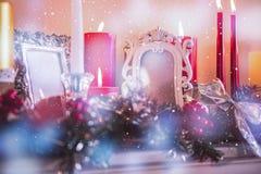 Stearinljus- och julgarneringar som är ordnade på spisen Fotografering för Bildbyråer