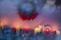 Stearinljus- och julgarneringar som är ordnade på spisen Royaltyfria Bilder