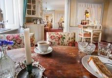 Stearinljus och kaffe inom klassisk inre av det romantiska kafét för tappning inom gammalt hus Fotografering för Bildbyråer