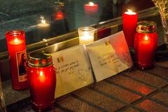 Stearinljus och kuvert med fredmeddelanden om Bryssel terroristattacker på den Belgien ambassaden i Madrid, Spanien Arkivbilder