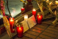 Stearinljus och kuvert med fredmeddelanden om Bryssel terroristattacker på den Belgien ambassaden i Madrid, Spanien Royaltyfria Bilder