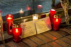 Stearinljus och kuvert med fredmeddelanden om Bryssel terroristattacker på den Belgien ambassaden i Madrid, Spanien Royaltyfri Fotografi