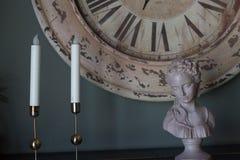 Stearinljus och mini- skulptur arkivbild