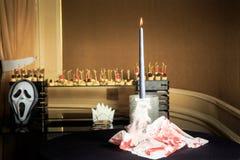 stearinljus och röda målade servetter på svarta silkespappertabeller Arkivfoto