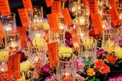 Stearinljus och rituella blommor, templet för Buddhatandrelik Royaltyfri Foto