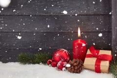Stearinljus och snö som bakgrund Royaltyfri Bild