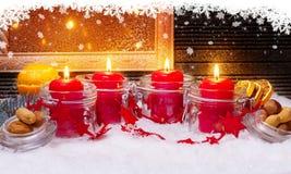 4 stearinljus och snöflingor för Advent Royaltyfri Foto