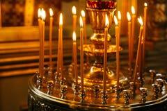 Stearinljus och symbol i rysskyrka royaltyfri foto