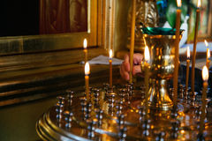 Stearinljus och symbol i rysskyrka royaltyfri bild