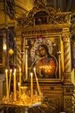 Stearinljus och symbol i rysskyrka royaltyfria foton
