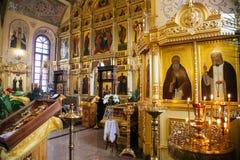Stearinljus och symbol i rysskyrkaaltare royaltyfri fotografi