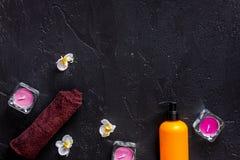 Stearinljus och tvål för arom kopplar av badet på svart copyspace för bästa sikt för tabellbakgrund Royaltyfri Foto
