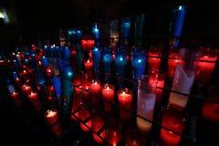 Stearinljus på altaret, Santa Maria de Montserrat Abbey, Spanien Royaltyfri Fotografi