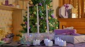 Stearinljus på bakgrunden av en julgran lager videofilmer