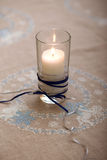 Stearinljus på broderad bordduk Arkivbild