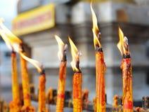 Stearinljus på buddhismtemplet Royaltyfri Fotografi