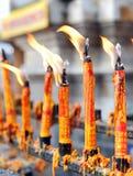 Stearinljus på buddhismtemplet Royaltyfria Bilder