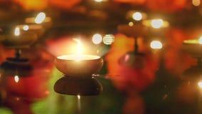 Stearinljus på dammet i religionceremoni stock video