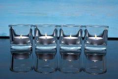 Stearinljus på en blå bakgrund Arkivfoto