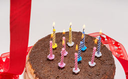Stearinljus på en festlig kaka Arkivfoton