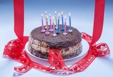 Stearinljus på en festlig kaka Royaltyfria Foton