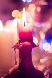 Stearinljus på en ljusstake Arkivbild