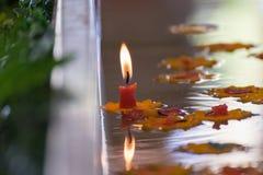 Stearinljus på ett vatten Arkivbild