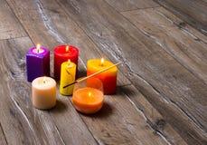Stearinljus på gammal träbakgrund royaltyfri foto