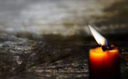 Stearinljus på gammalt trägolv Fotografering för Bildbyråer
