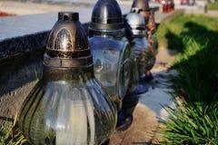 Stearinljus på graven i kyrkogården/kyrkogården All helgondag/allt välsignar/1st November Royaltyfria Bilder