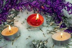 Stearinljus på helgdagsaftonen av ferierna arkivfoto