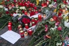 Stearinljus på jul marknadsför i Berlin, dagen efter terroristattacken Royaltyfri Fotografi