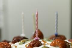 Stearinljus på kakan arkivfoto