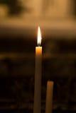 Stearinljus på kyrkan Arkivbild
