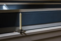 Stearinljus på kyrklig bänk Arkivfoton