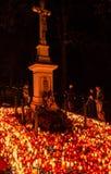 Stearinljus på kyrkogården - andadag Arkivbilder