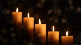 Stearinljus på mörk bakgrund för tacksägelse, valentindag, lycklig födelsedag, minnesmärkear, festligt, jul och romans