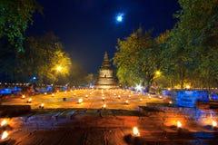 Stearinljus runt om den forntida templet Royaltyfri Bild
