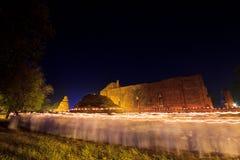 Stearinljus runt om den forntida templet Royaltyfri Foto