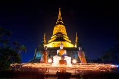 Stearinljus runt om den forntida templet Arkivbilder
