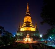 Stearinljus runt om den forntida templet Arkivbild
