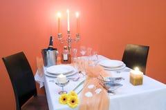 stearinljus som äter middag den tända tabellen Arkivfoton
