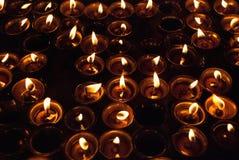 Stearinljus som bränner i buddistisk tempel i Ladakh Arkivbild