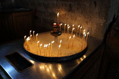 Stearinljus som bränner i en gammal kloster Arkivfoton