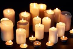 Stearinljus som bränner i mörker över svart bakgrund Royaltyfri Foto