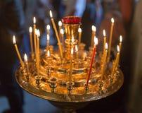 Stearinljus som bränner i ortodox kyrka royaltyfri fotografi