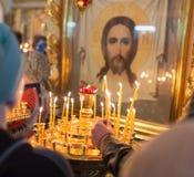 Stearinljus som bränner i ortodox kyrka royaltyfri foto