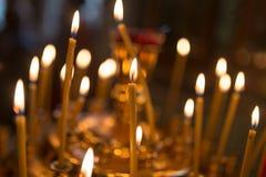 Stearinljus som bränner i ortodox kyrka royaltyfri bild