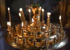 Stearinljus som bränner i ortodox kyrka royaltyfria foton