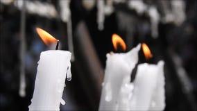 Stearinljus som bränner på en kyrka